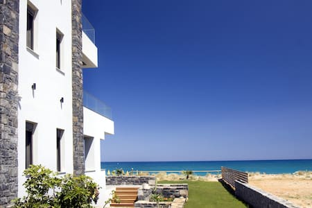VILLA AL MARE. The sea at your feet - Adelianos Kampos