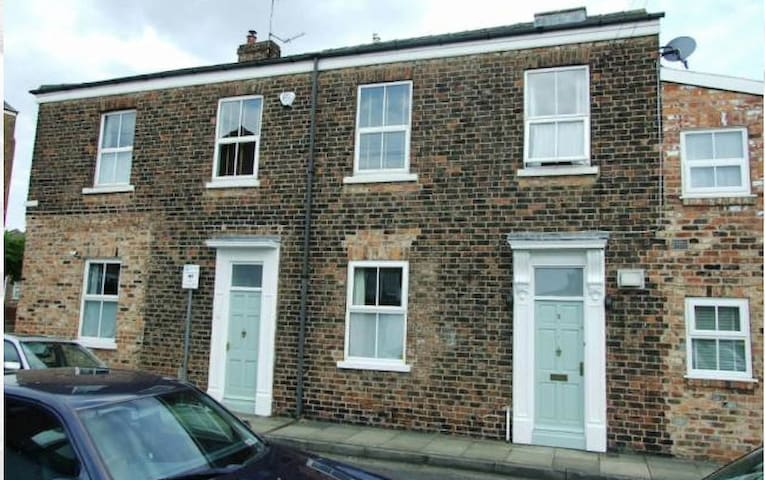 Spacious Terrace house minutes from York Centre