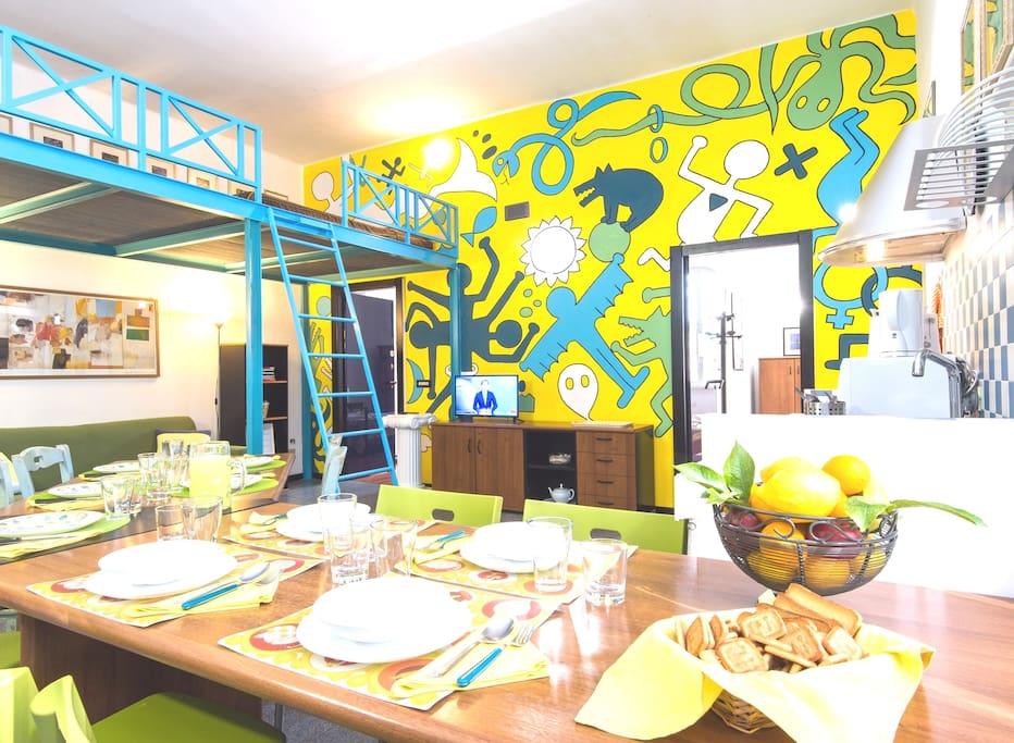 L'affresco (Keith Haring stile) nel soggiorno: The fresco in the living-room (Keith Haring stile)