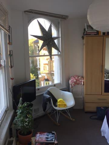 Cute airy light corner studio flat - Londra - Daire