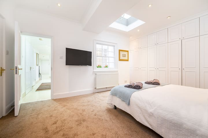 Centrally located apartment opposite Regents Park
