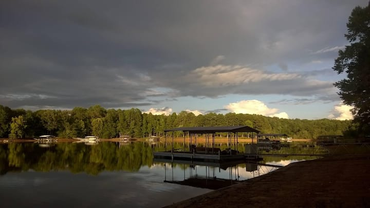 Lake Hartwell quiet retreat with Dock