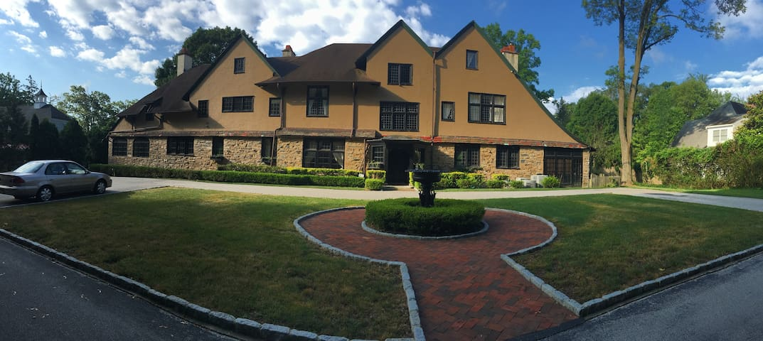 Willow Bank mansion with 7+ bd 6.5 - Bryn Mawr - Huis