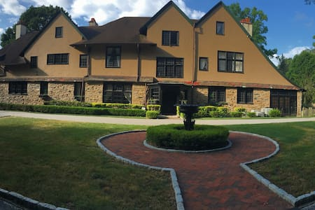Willow Bank mansion with 7+ bd 6.5 - Bryn Mawr