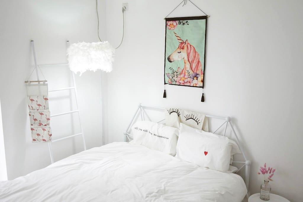 【卧室-纯白】卧室朝南,每早都会有温暖的阳光照进来;提供北欧简约挂衣梯,好看又实用。