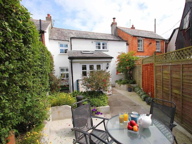 FISHERTON COTTAGE, pet friendly, with open fire in Bude, Ref 959619