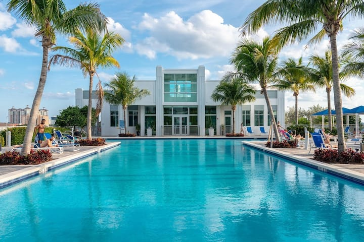 Jay's Paradise WPB (Private Parking Included)