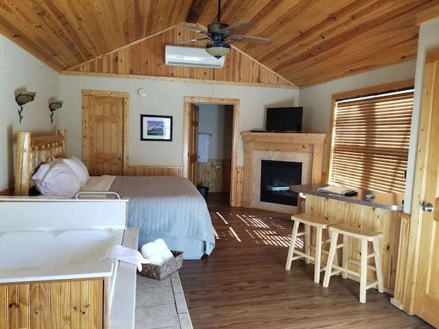 Deluxe Cabin #8 - Hidden Lake Winery