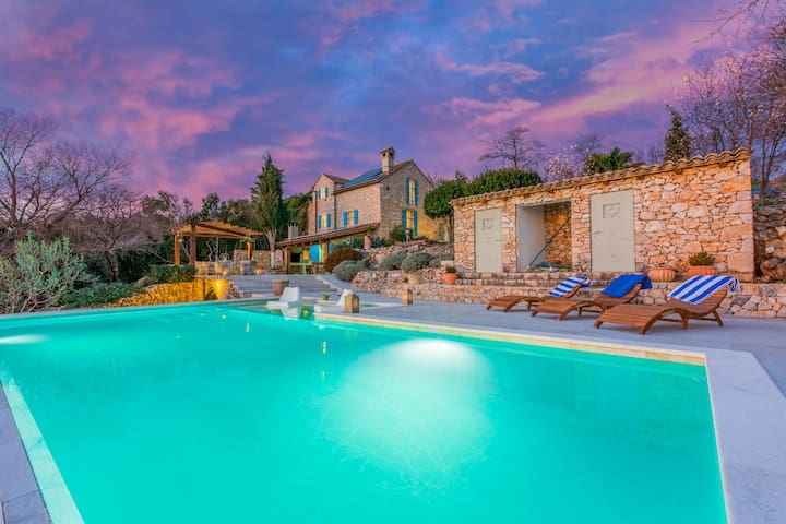Three Bedroom Stone house, seaside in Novi Vinodolski (Crikvenica), Outdoor pool