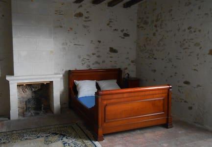 Chambre privée dans maison spacieuse - Saint-Aubin-de-Luigné - Huis