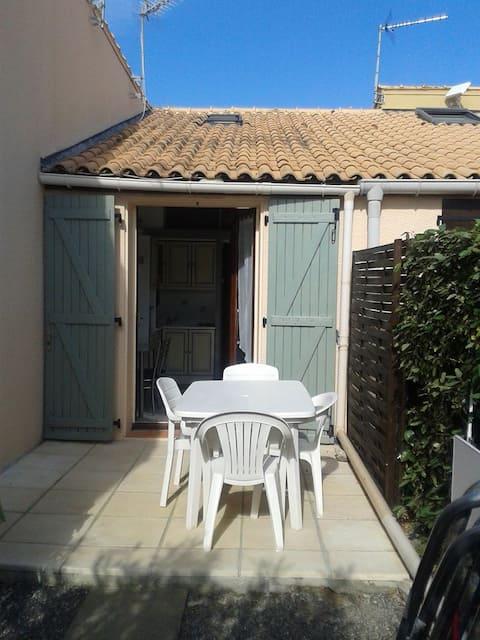 La Franqui villa studio + mezzanine piscine en été