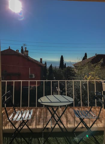 Balcon, petit déjeuner au soleil