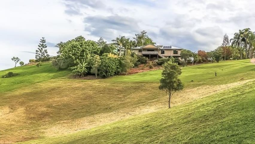 Family Entertainer Acerage w Views + By The Beach! - Maroochy River - Rumah
