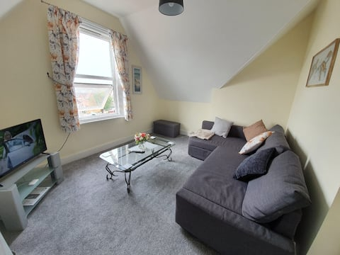 Spacious 1 bedroom 3rd floor flat close to the sea