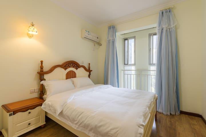 希腊灯次卧1.5*2米双人床,乳胶床垫,五星级全棉贡缎床品---舒适睡眠的保障,格力分体空调制冷快,效果好。