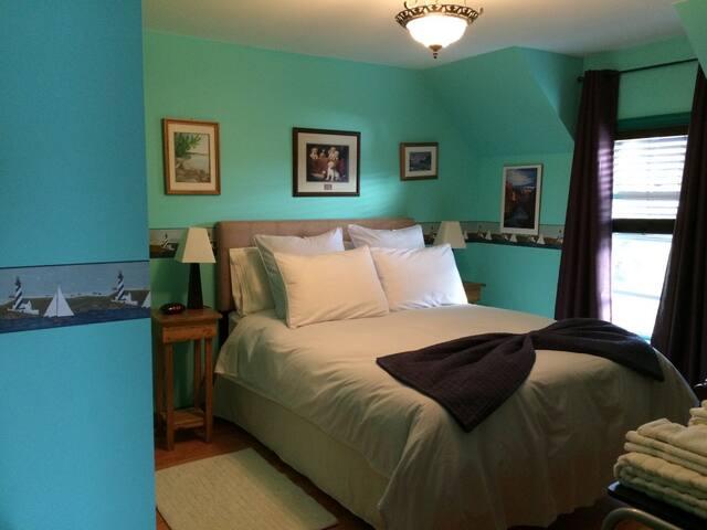 Gehrig Room - Queen Bed