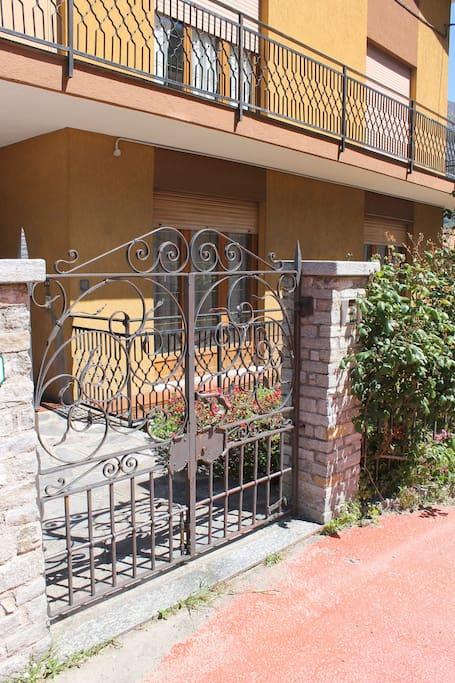 ingresso con cancello in ferro battuto