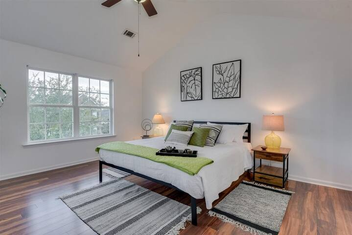 Modern Townhome - Newly Renovated Getaway