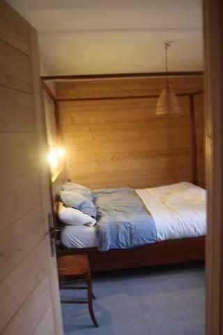 Chambre 2. Lit baldaquin 160 cm