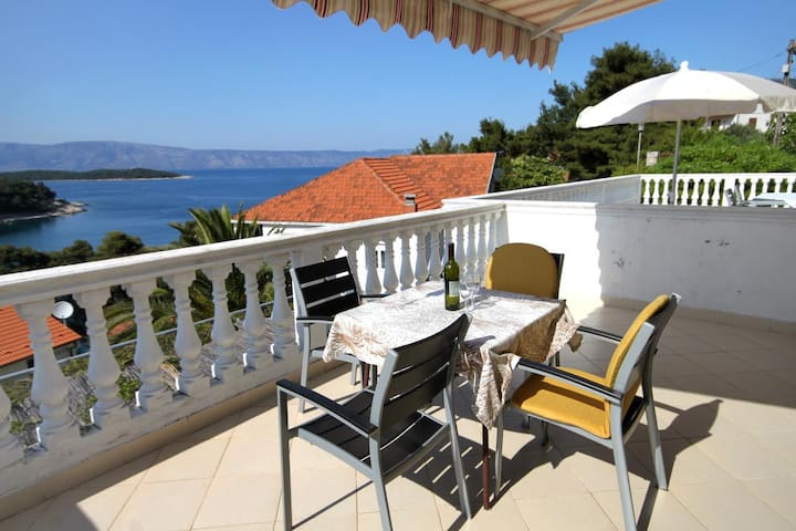 One bedroom apartment with terrace and sea view Jelsa, Hvar (A-8698-b)