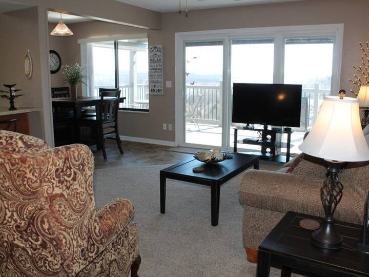 Spacious and Charming 2 bed 2 bath Condo- You will Love the Lake Views- Close to everything Branson offers!