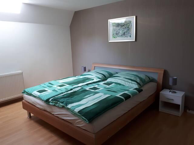 Schlafzimmer 2 mit Bett 1,80x2,00m