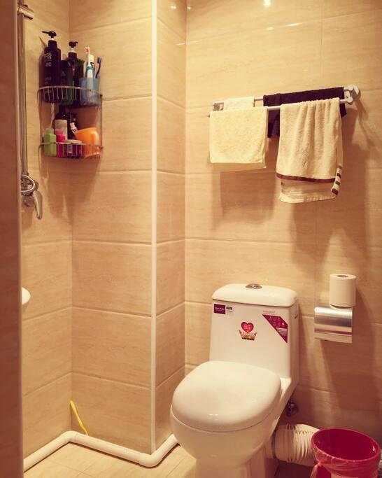 整套房子都是新装修,卫生间非常干净整洁