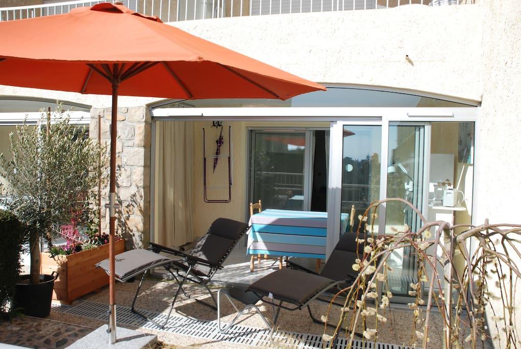 terrasse équipé de 2 transats haut de gamme, table basse et parasol