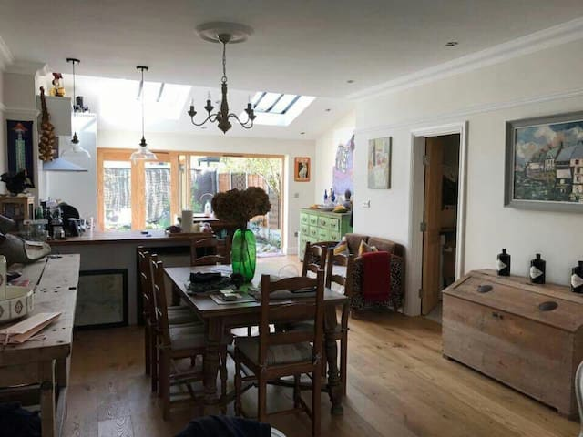 Large Room in a Beautiful, Stylish Home - Londen - Huis
