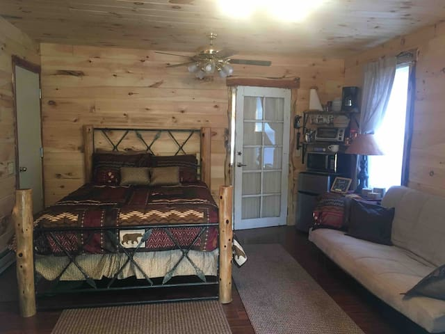 Telephone Hill Master Suite Near Square Sleeps 5
