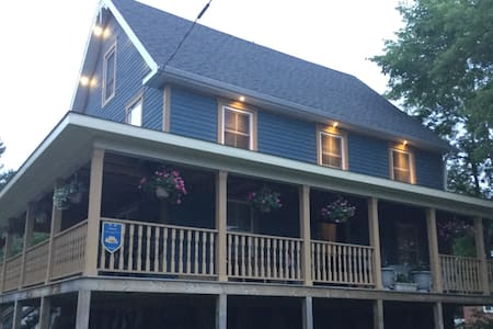 Riverside B&B for 4 on College St. - Sherbrooke