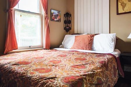 Quaint, Folksy, Traveler's Room - Columbus
