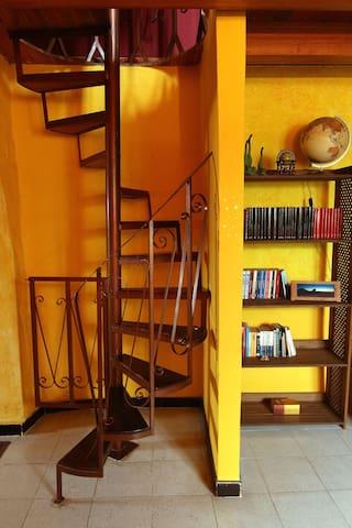 Escalera de caracol en el salón