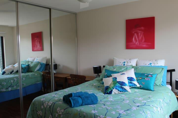 LARGE stylish 1 bedroom Coburg Apartment - Coburg - Flat