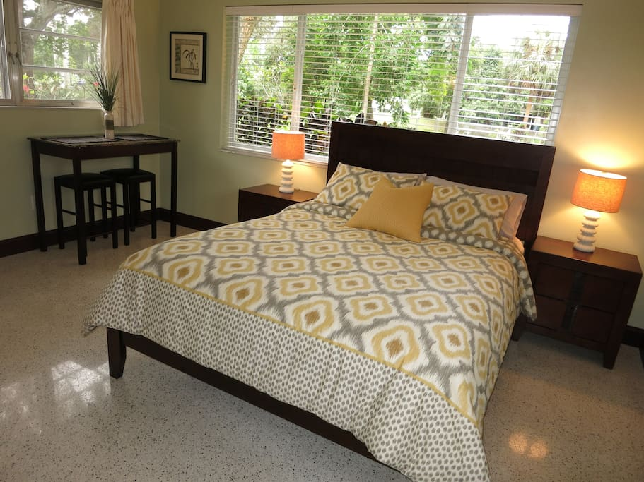 Queen size bed with a super comfortable Serta mattress