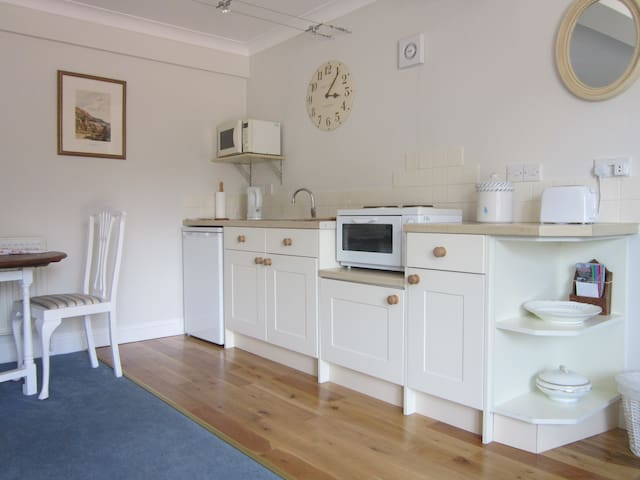 Redwings Studio No 1 - Sleeps 2. Opposite harbour - Brancaster Staithe