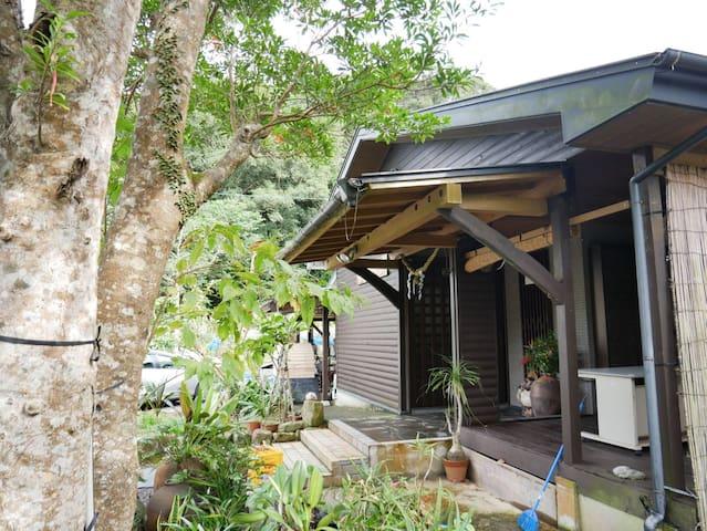 奄美のルリカケスが集まる大自然の中の一棟貸しゲストハウス『奄美すけがちの宿』