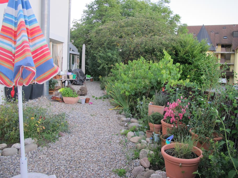 Ein wunderbarer Garten samt Liegestühlen, Rutschbahn und Sandkasten.