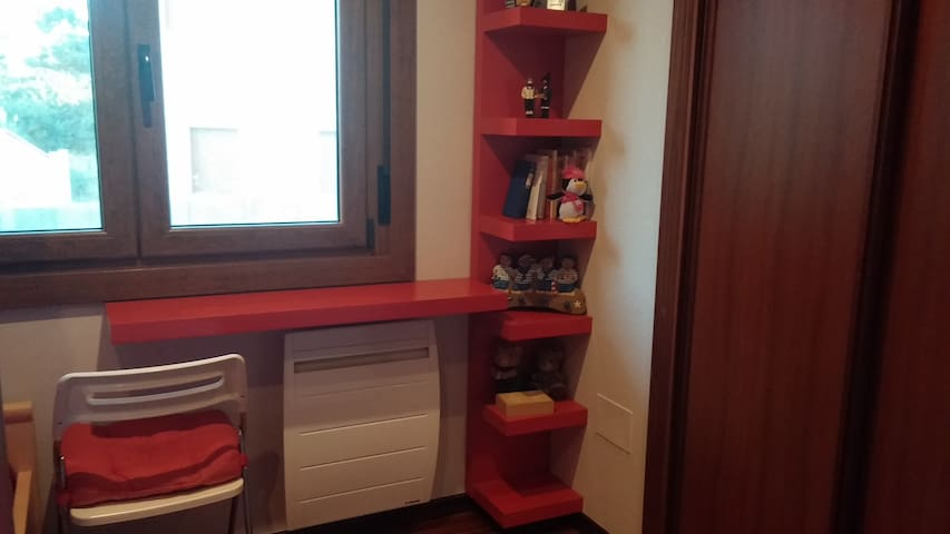 Habitación infantil, equipada con libros de cuentos y juguetitos