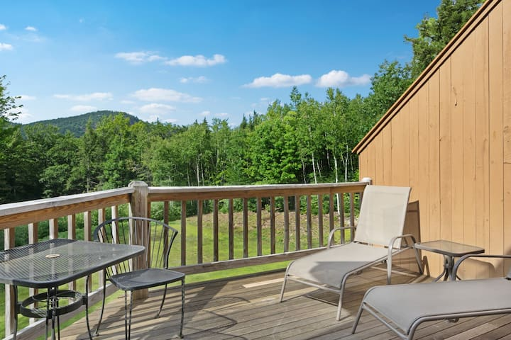 NEW LISTING! Inviting mountain townhouse w/shared pools, jacuzzi, tennis & more!