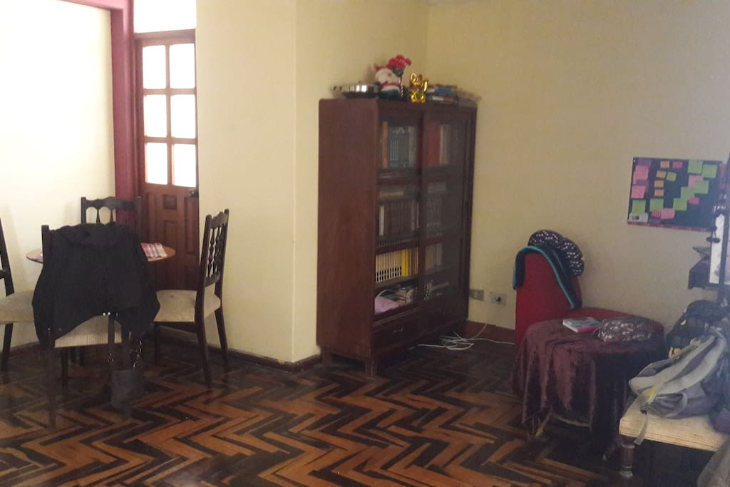 Sala comedor con televisión  internet y biblioteca. // Living and Dining rooms with internet television and library