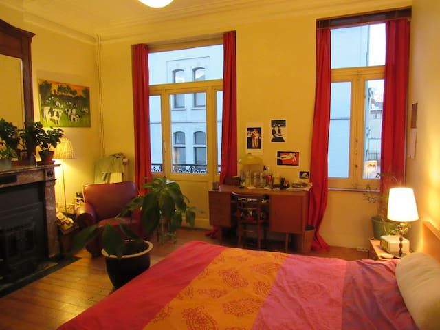 Large bedroom, nearby Schuman