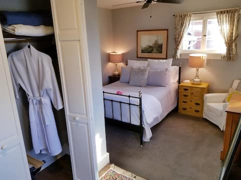 Historic Suite in Downtown. Relax, Shop, or Dine,