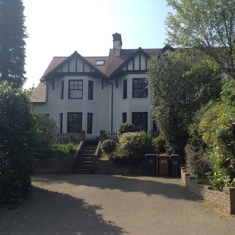 5 Bed, 3 storey Semi Detached House - Welwyn - Dom