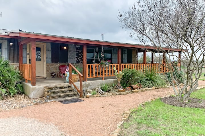 Relaxing, dog-friendly getaway w/ a furnished patio & private hot tub