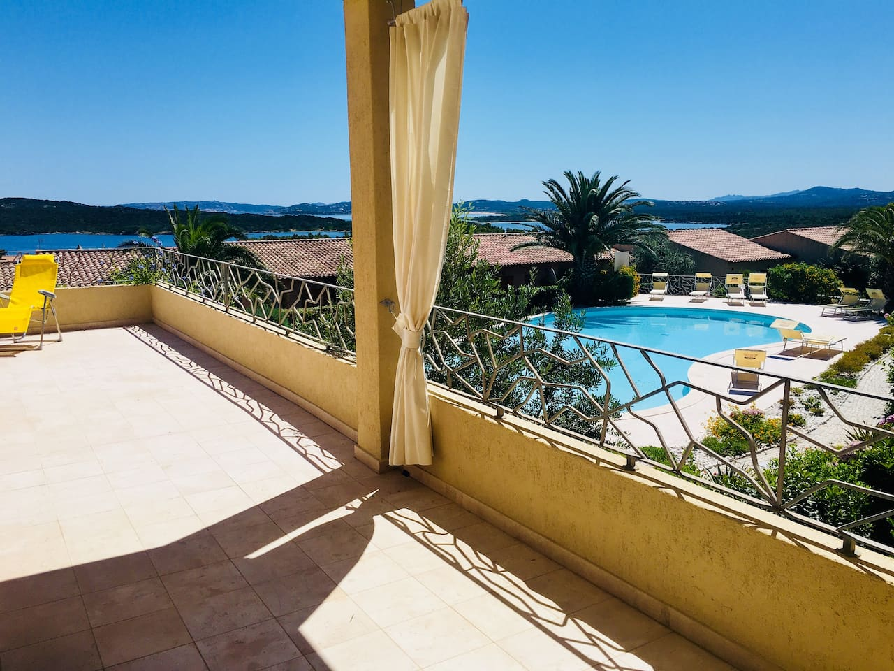 Blick von der 40m2 grossen Terrace auf das Meer und den Pool / View from the 40m2 terrace to the sea and the pool.