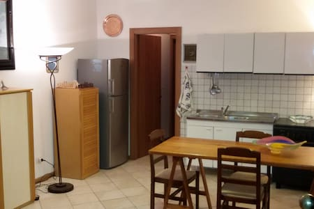 One bedroom apartment  with private parking/garden - アレッツォ - アパート