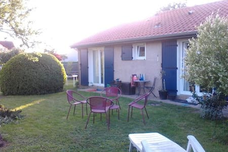 Chambre+SDB+terrasse 12 mn centre ville (parking) - House