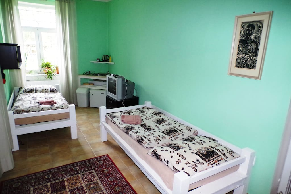 solo postele v pětilužkový pokoj