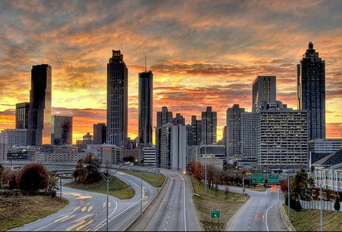 Breathtaking Views/Stunning Atlanta Hi-Rise